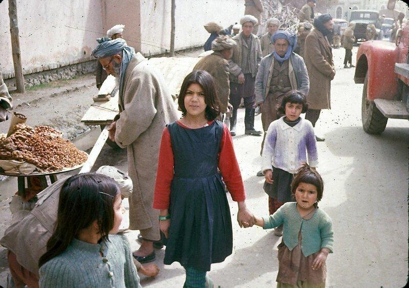 Две сестры в окружении уличных торговцев афганистан, жизнь, кабул, мир, прошлое, фотография, фотомир
