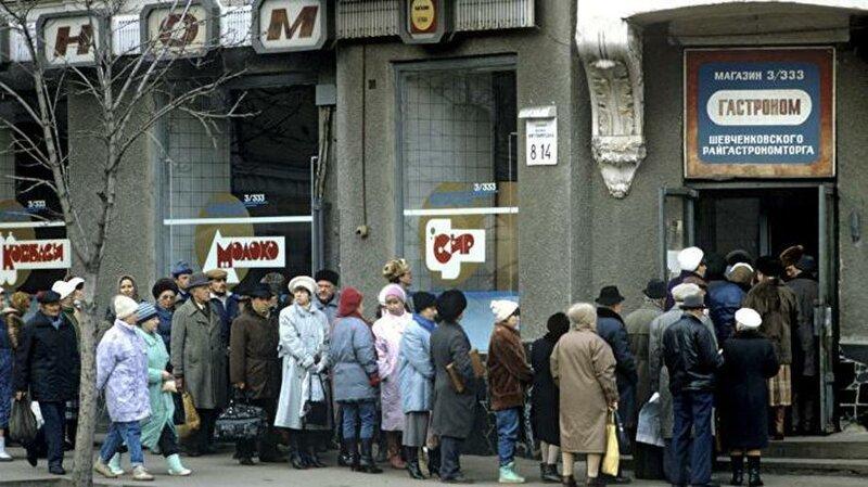 Очереди мало у кого способны вызвать ностальгию, но когда-то они были неотъемлемой частью нашей жизни дефицит в СССР, еда, магазины, очереди, рынки, советская торговля