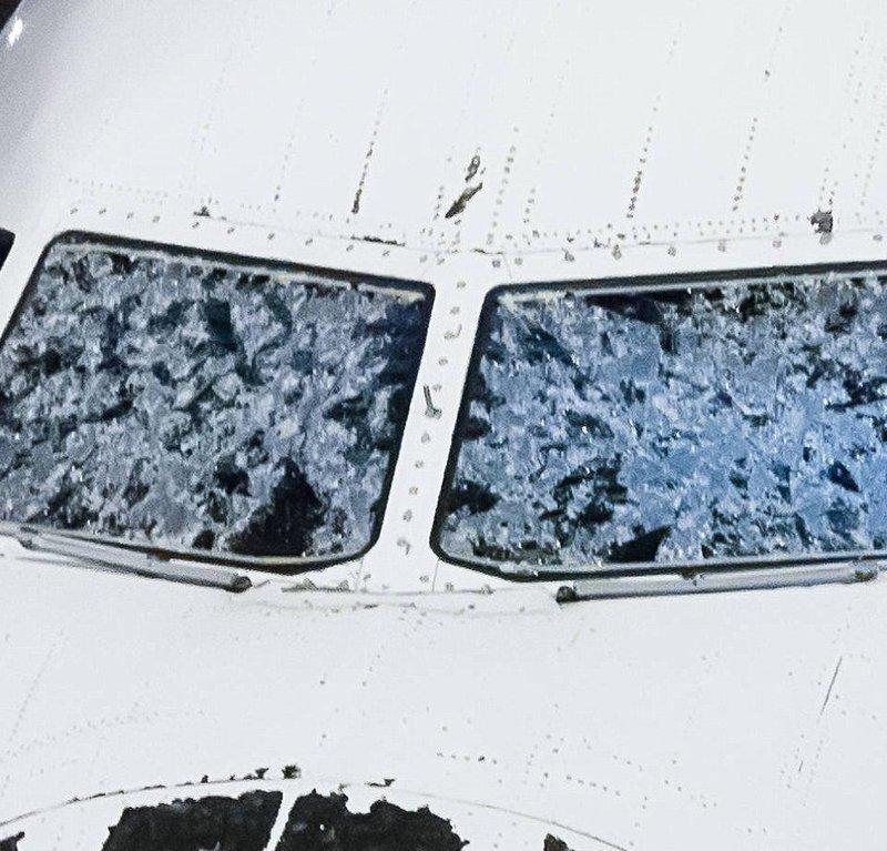 Фотографии, которые ни один пассажир самолета не хотел бы увидеть после своего приземления авиарейсы, пассажирский самолет получил повреждения, самолеты, фото, экстренная посадка
