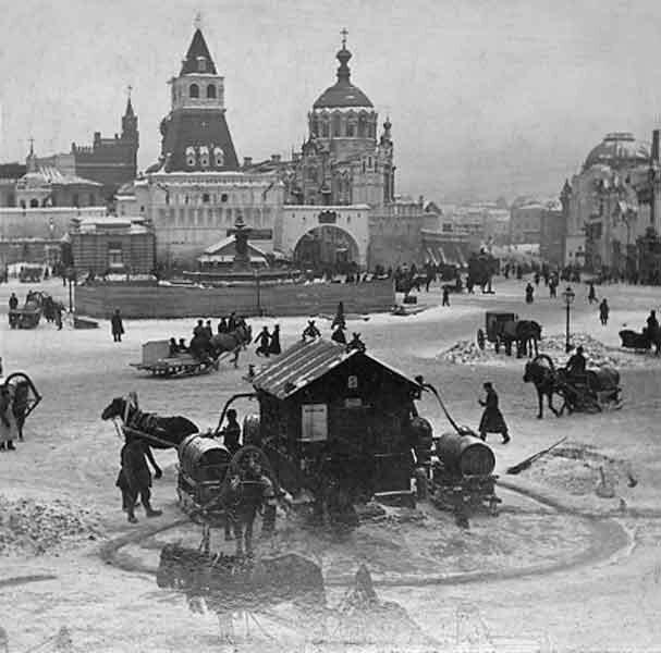 Фонтан на Лубянской площади, конец 1890-х (извозчики покупают воду, чтобы напоить своих коней) 19 век, жизнь до революции, редкие фотографии, снимки, фотографии, царская россия