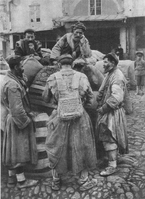 Мушеби (носильщики тяжестей) на майдане, 1890-е 19 век, жизнь до революции, редкие фотографии, снимки, фотографии, царская россия