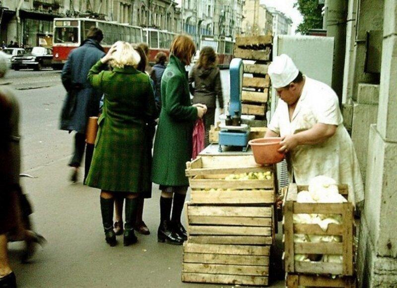 Но чаще всего это были суровые бабы, похожие на борцов сумо дефицит в СССР, еда, магазины, очереди, рынки, советская торговля