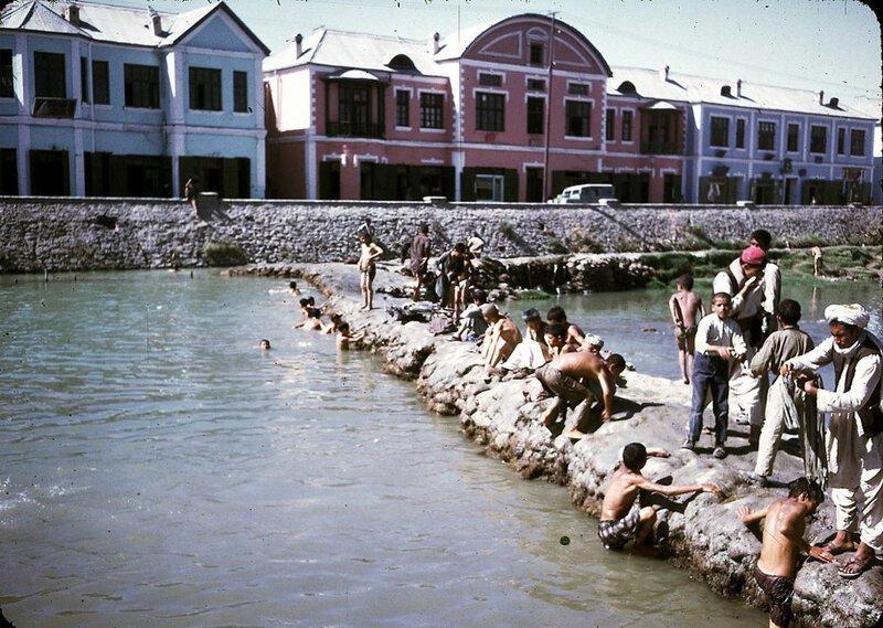 Мужчины и мальчики стирают, моются и играют в реке Кабул афганистан, жизнь, кабул, мир, прошлое, фотография, фотомир