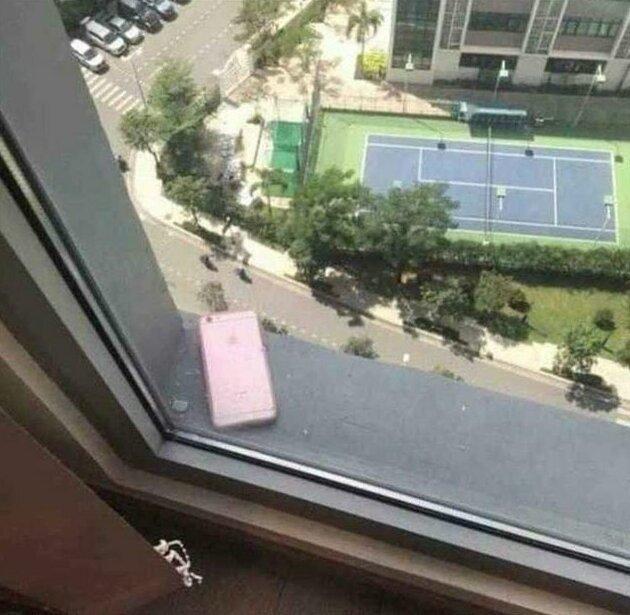 """14. """"Кто-то с верхнего этажа выронил телефон, и он приземлился на мой карниз"""" люди, не повезло, неудача, прикол, странные ситуации, фото"""