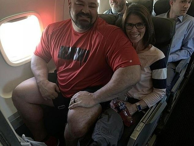 Потому что вот что происходит, если сесть рядом с таким здоровяком (фото из предыдущего полета Брайана Шоу) в самолете, вирусное фото, гиганты, забавная история, силачи, смешно, чемпионы, юмор