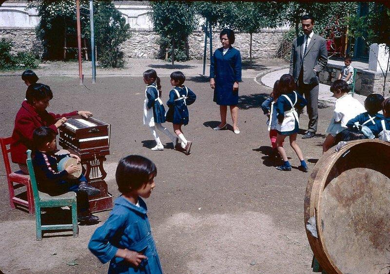 Маленькие ученицы танцуют в синей униформе на школьной площадке афганистан, жизнь, кабул, мир, прошлое, фотография, фотомир