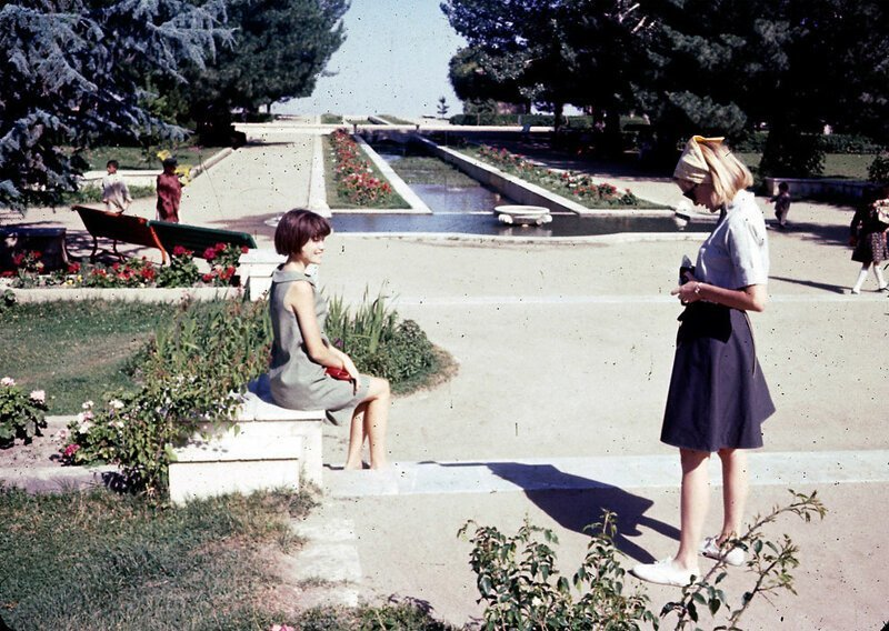 Джен (слева) и Пег (справа) Подлич в садах Пагман, которые были уничтожены в годы войны перед американским вторжением в Афганистан в 2001 году афганистан, жизнь, кабул, мир, прошлое, фотография, фотомир