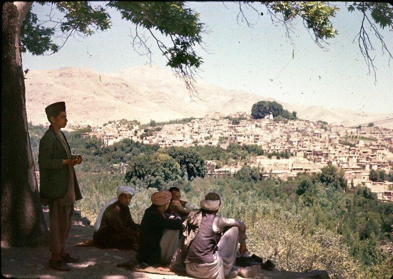 Мужчины отдыхают в тени с видом на Исталиф - многовековой центр керамики афганистан, жизнь, кабул, мир, прошлое, фотография, фотомир
