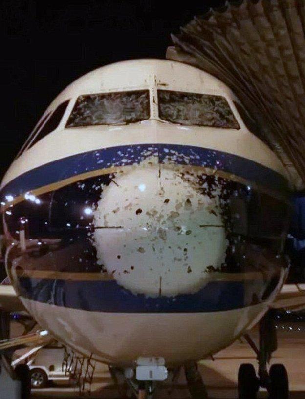 6. Самолет китайских авиалиний China Southern Airlines попал под град авиарейсы, пассажирский самолет получил повреждения, самолеты, фото, экстренная посадка