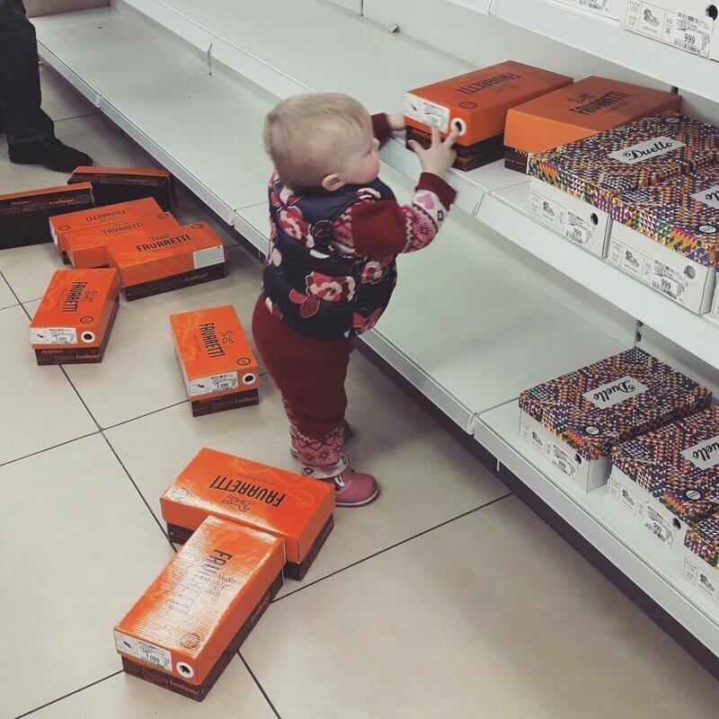 Родители с маленькими детьми в магазине - к беде