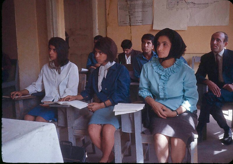 Студенты Высшего педагогического колледжа Кабула, в котором два года проработал профессор Уильям Подлич афганистан, жизнь, кабул, мир, прошлое, фотография, фотомир