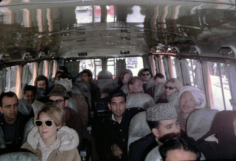 Пег Подлич, в темных очках, едет с семьей на автобусе из Кабула в Пешавар в Пакистане афганистан, жизнь, кабул, мир, прошлое, фотография, фотомир