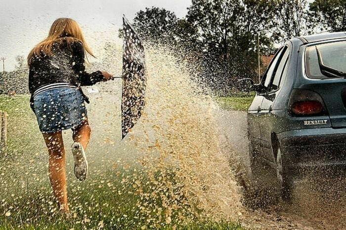 8. Против такого напора никакой зонтик не сработает авария, неудача, падение, праздники, провал, худший день
