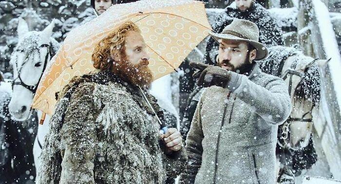 """Даже воинам нужны зонтики! """"Игра престолов"""", На съемочной площадке, актеры, за кадром, интересно, кино, сериал, съемки"""