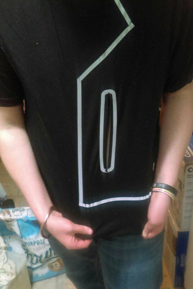18. Это не карман, а обычная молния посередине футболки дизайн, прикол, смешно, ужасный дизайн, фото