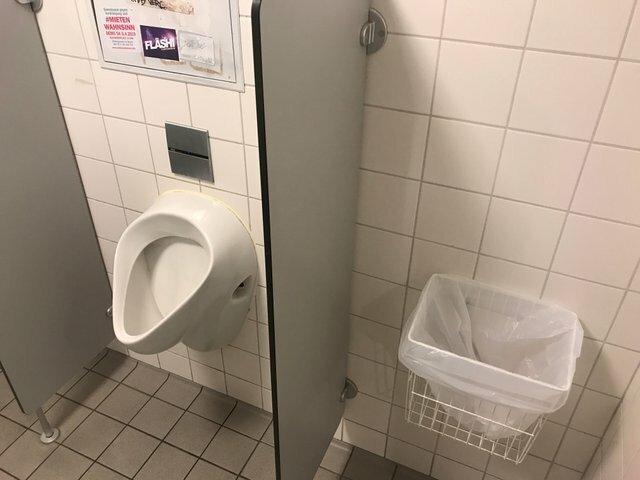 1. Туалет в баре: какую ошибку они совершили, разместив так мусорный контейнер дизайн, прикол, смешно, ужасный дизайн, фото