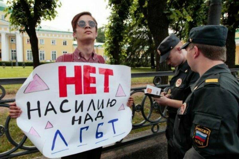 4. Сотрудники правопорядка стараются в этот момент вспомнить, кто такие эти ЛГБТ Российская действительность, смешно, суровая действительность, юмор