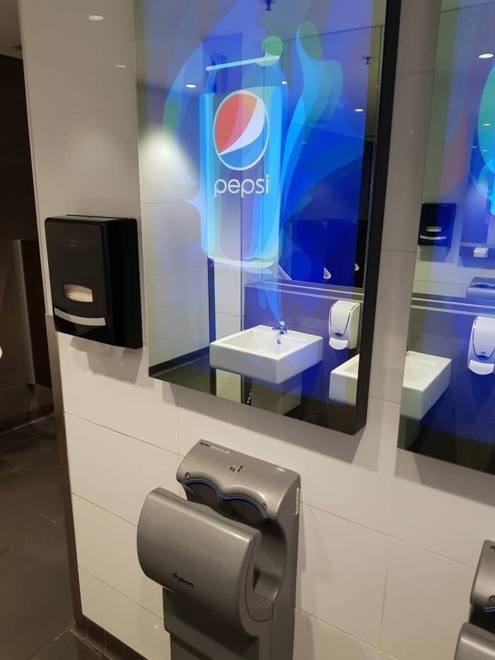 """13. """"В этом туалете, пока вы моете руки, на зеркале идет огромная реклама, которую никак не убрать. Даже в зеркало не посмотреться"""" дизайнеры, и так сойдет, ляпы, нелепо, смешно, строители, туалет, фейлы"""