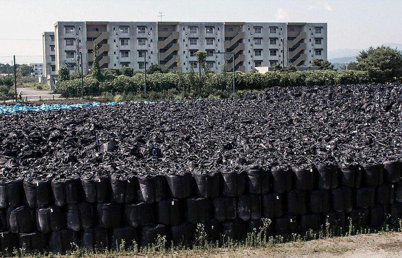 Для экономии места мешки складывали друг на друга АЭС Фукусима-1, аэс, зона отчуждения, катастрофа, последствия, фото, фотограф, фукусима