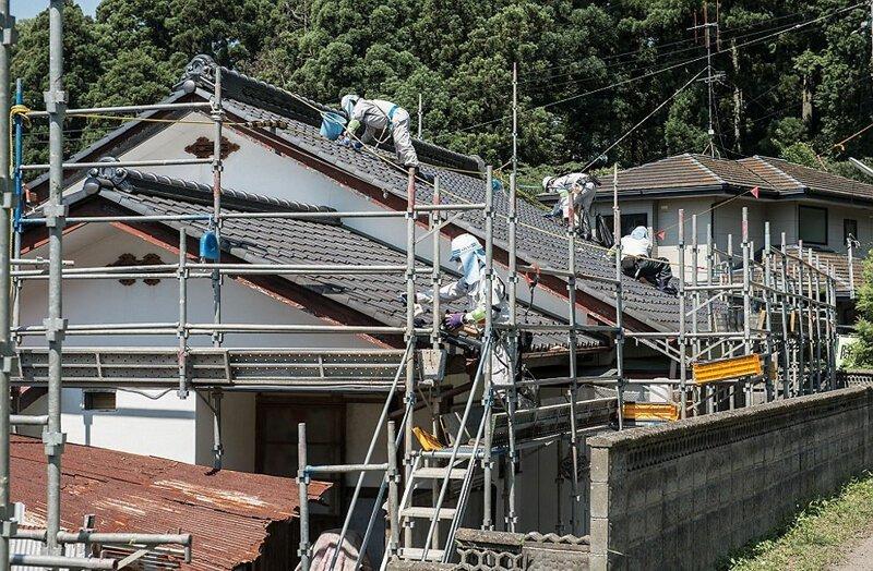 Около 20 тысяч человек занимаются очисткой домов от радиоактивных веществ, чтобы местные жители быстрее смогли вернуться в свое жилье АЭС Фукусима-1, аэс, зона отчуждения, катастрофа, последствия, фото, фотограф, фукусима