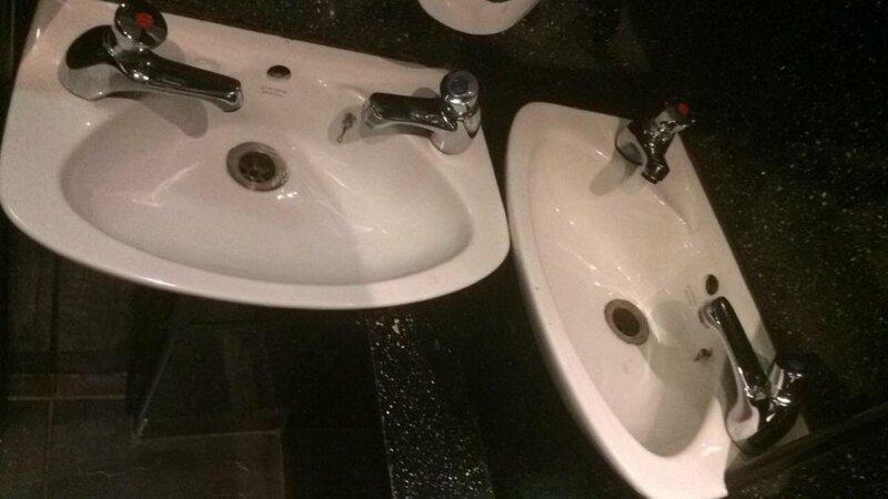 17. Раковины в одном баре. Те, кто их ставил, предполагали, что тут будут мыть руки сразу 4 человека? Горе дизайнеры, ляпы, неудачный дизайн, плохой дизайн, смешно, фэйлы, юмор