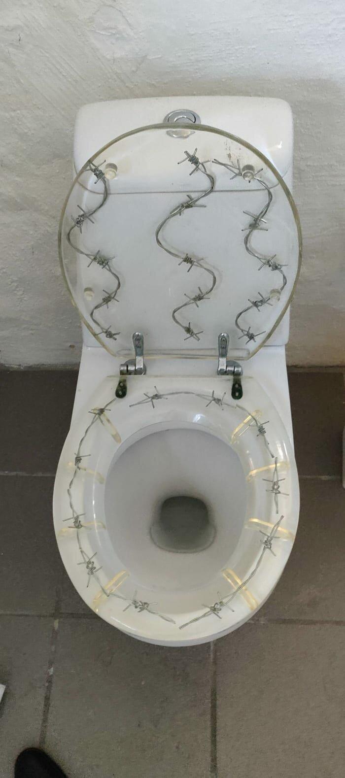 11. Стульчак с колючей проволокой внутри дизайнеры, и так сойдет, ляпы, нелепо, смешно, строители, туалет, фейлы