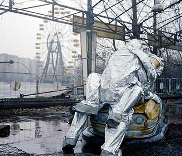 Самая странная фото-сессия в зоне Чернобыльской АЭС. Она проводилась в заброшенном парке развлечений, где показаны суровые реальности отношений между мужчиной и женщиной в области страшной аварии Instagram, Припять, Чернобыль, возмущение, модно, фотосессии