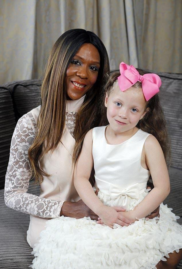 темнокожая женщина родила белую девочку, чёрная женщина родила белого ребёнка, негритянка родила белого ребёнка, негритянка родила с белой кожей