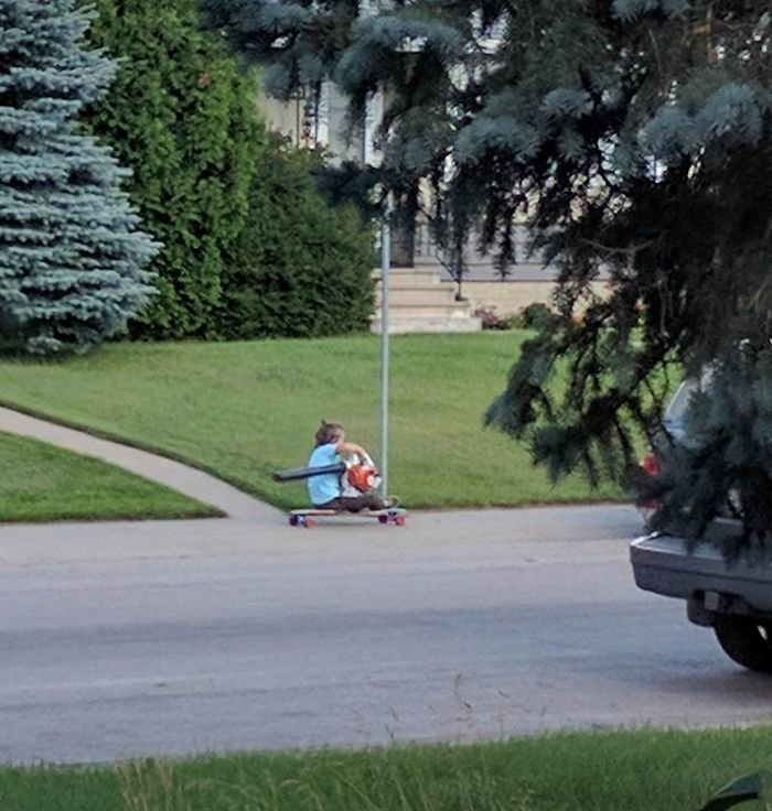 9. Он из будущего - парень на лонгборде использует для ускорения садовый пылесос для листьев гениально, для дома, идеи, подборка, полезное, полезные идеи, советы, хитрости