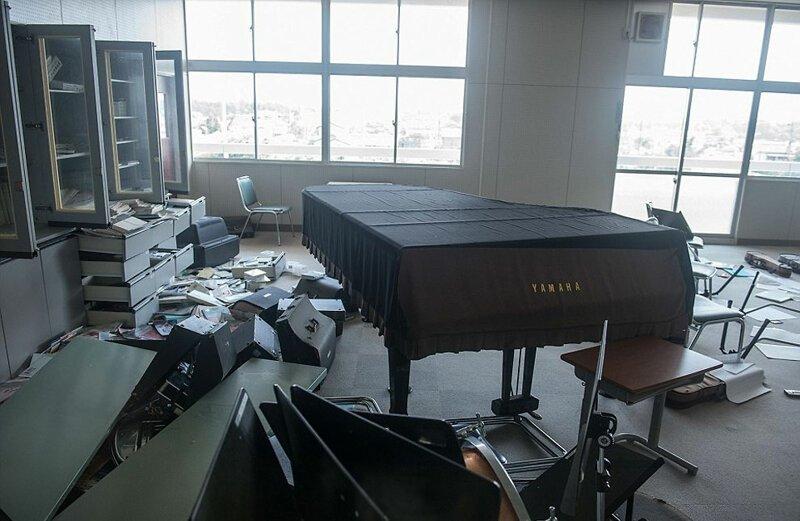 Фортепьяно и другие музыкальные инструменты в школьном кабинете АЭС Фукусима-1, аэс, зона отчуждения, катастрофа, последствия, фото, фотограф, фукусима