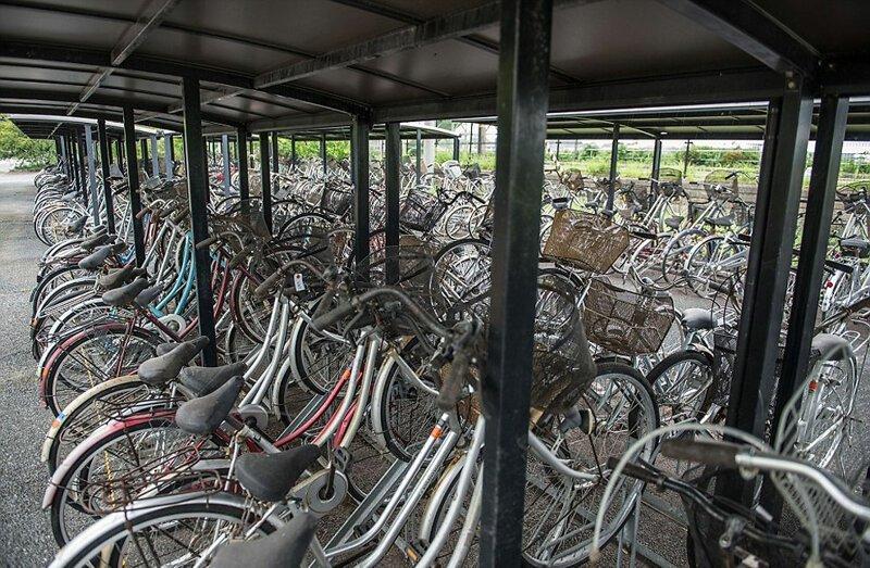 Велосипеды, в спешке оставленные жителями АЭС Фукусима-1, аэс, зона отчуждения, катастрофа, последствия, фото, фотограф, фукусима