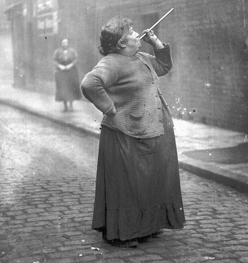"""6. До 1920-х годов в Англии и Ирландии была работа под названием """"knocker-up"""". Ее суть заключалась в том, чтобы будить людей на работу. Они стучали в окна и двери первых этажей, до верхних доставали с помощью """"плевалок"""" интересно, любопытно, обо всем на свете, полезно, прикольно, факты, фото"""
