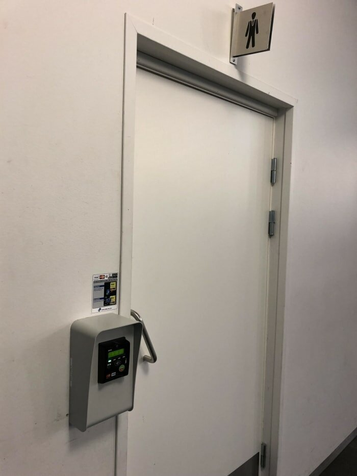7. Хочешь в туалет - плати. Дверь не откроется, пока не проведешь оплату картой дизайнеры, и так сойдет, ляпы, нелепо, смешно, строители, туалет, фейлы