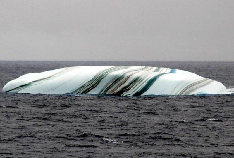 14. Многие думают, что айсберги одноцветные. Однако во время таяния ледяных шапок, они придают айсбергам разные оттенки (коричневые, зеленые, желтые), из-за чего они становятся даже полосатыми интересно, любопытно, обо всем на свете, полезно, прикольно, факты, фото