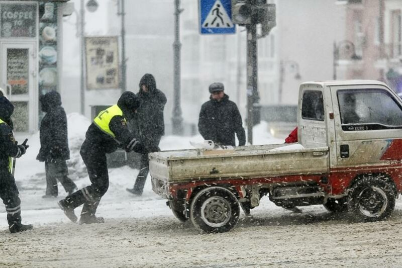 Да, инспектор ДПС не обязан толкать вашу машину, но он помог доброта, люди, форма, человечность