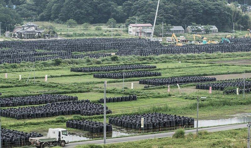 Власти обещали местным жителям утилизировать мешки, но этот процесс может затянуться до 30 лет АЭС Фукусима-1, аэс, зона отчуждения, катастрофа, последствия, фото, фотограф, фукусима