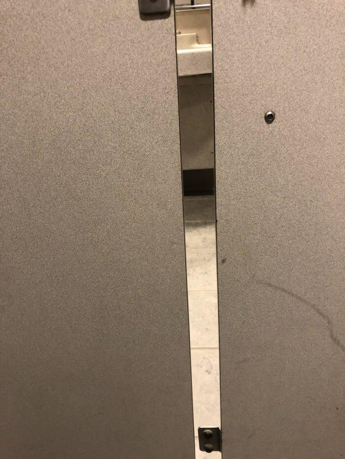 16. Огромная щель в кабинке туалета дизайнеры, и так сойдет, ляпы, нелепо, смешно, строители, туалет, фейлы