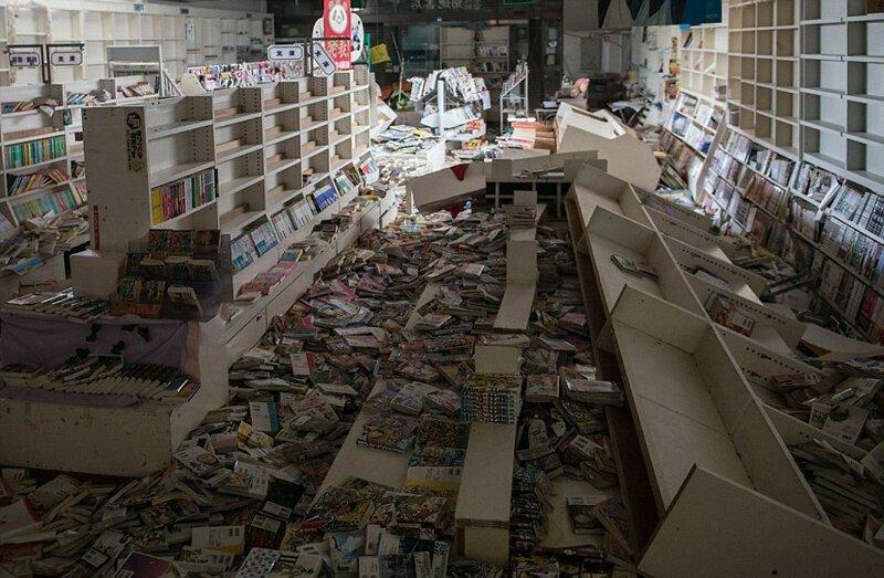 Пострадавший от землетрясения книжный магазин АЭС Фукусима-1, аэс, зона отчуждения, катастрофа, последствия, фото, фотограф, фукусима