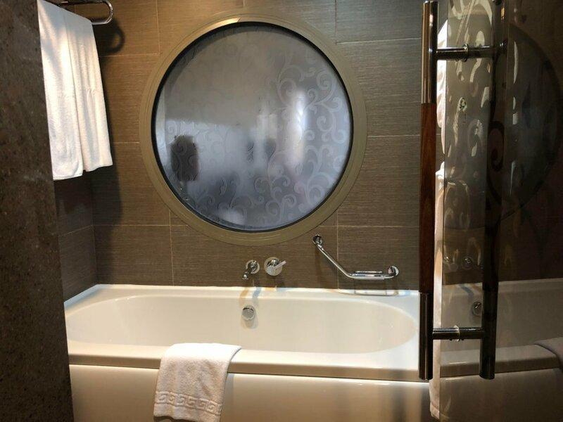 14. Прозрачное окно в ванной в семейном номере Горе дизайнеры, ляпы, неудачный дизайн, плохой дизайн, смешно, фэйлы, юмор