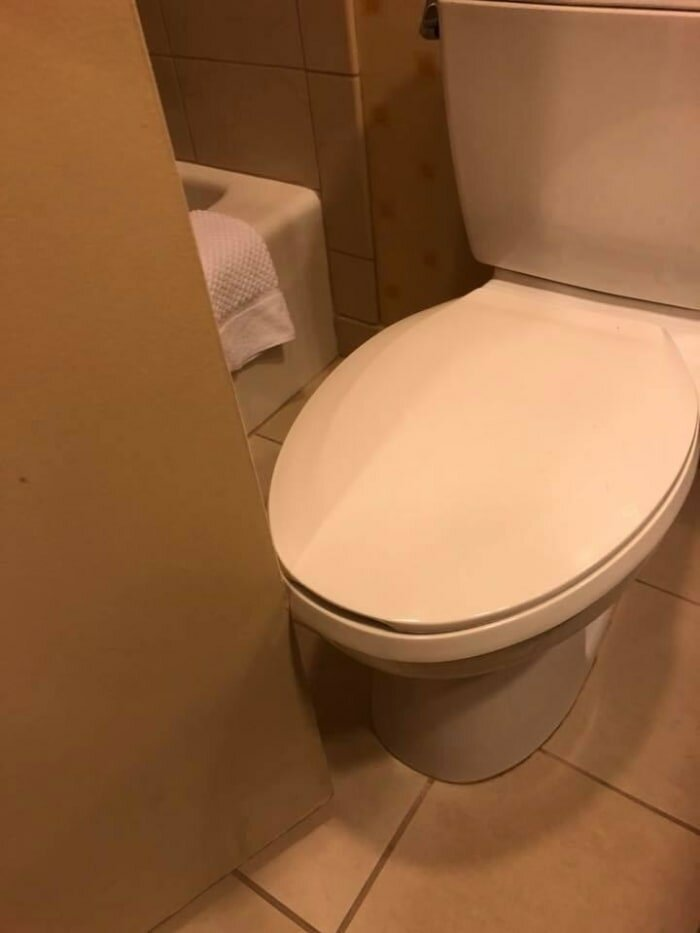 2. Чтобы сходить в туалет, сначала надо постараться закрыть дверь дизайнеры, и так сойдет, ляпы, нелепо, смешно, строители, туалет, фейлы