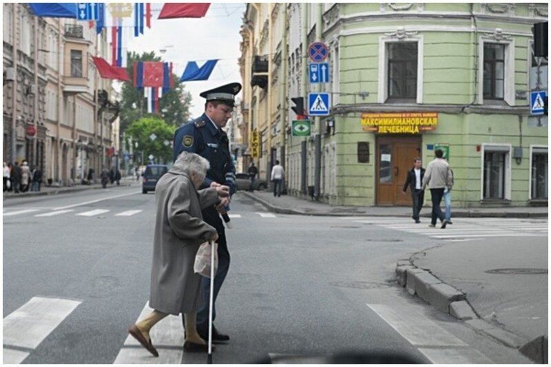 И полицейский не обязан переводит старушек через дорогу, но он сделал это и спасибо ему доброта, люди, форма, человечность