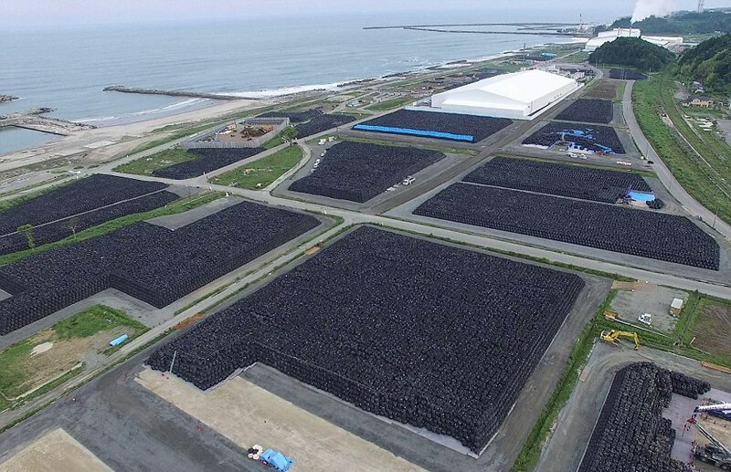 Огромные свалки с миллионами мешков с радиоактивной землей АЭС Фукусима-1, аэс, зона отчуждения, катастрофа, последствия, фото, фотограф, фукусима