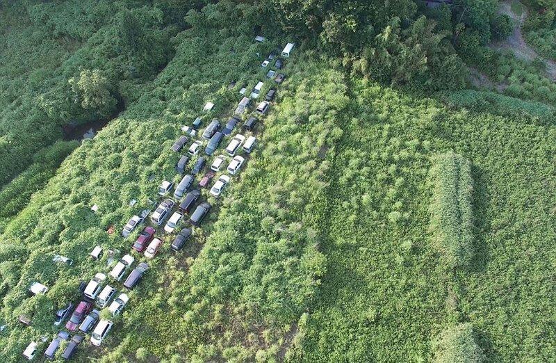 Брошенные вблизи АЭС автомобили, поглощенные дикой местностью АЭС Фукусима-1, аэс, зона отчуждения, катастрофа, последствия, фото, фотограф, фукусима