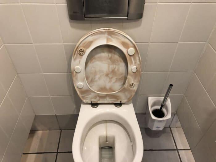 """14. """"Грязное"""" сиденье для унитаза дизайнеры, и так сойдет, ляпы, нелепо, смешно, строители, туалет, фейлы"""