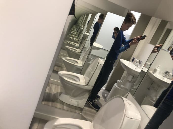 """9. """"Может, кто-то и любит смотреть на себя в зеркало в туалете.. Здесь вы будете облегчаться в нескольких измерениях"""" дизайнеры, и так сойдет, ляпы, нелепо, смешно, строители, туалет, фейлы"""