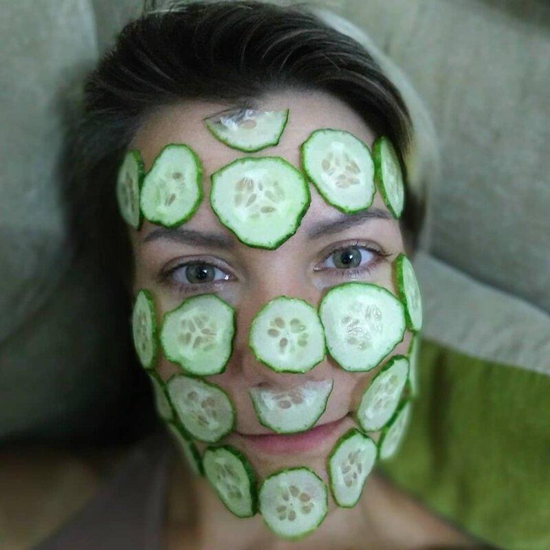 1. Между грядками можно и маску из свежих овощей и фруктов сделать дача, дачницы, девушки, колхозницы, лето, фото