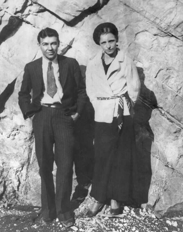 Бонни Паркер и Клайд Бэрроу — известные американские грабители, действовавшие во времена Великой депрессии. кладбище, маньяки, могилы, преступники, самые известные, факты