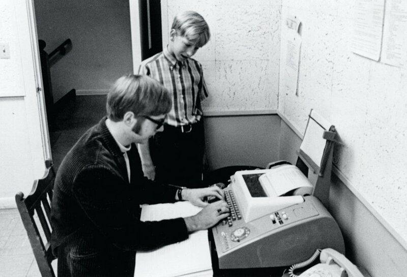 4. 13-летний Билл Гейтс и 15-летний Пол Аллен с компьютером PDP-10, 1968 год интересно, исторические фото, история, фото, фото из прошлого