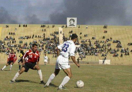 6. Футбольный матч в Ираке, на заднем плане дым от бомбардировок, 29 марта 2003 года интересно, исторические фото, история, фото, фото из прошлого