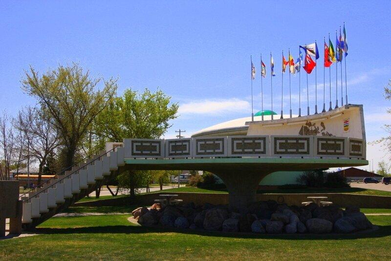 1. В Канаде есть первая в мире взлетно-посадочная площадка для НЛО белый медведь, занимательные факты, канада, клен, нло, отпуск
